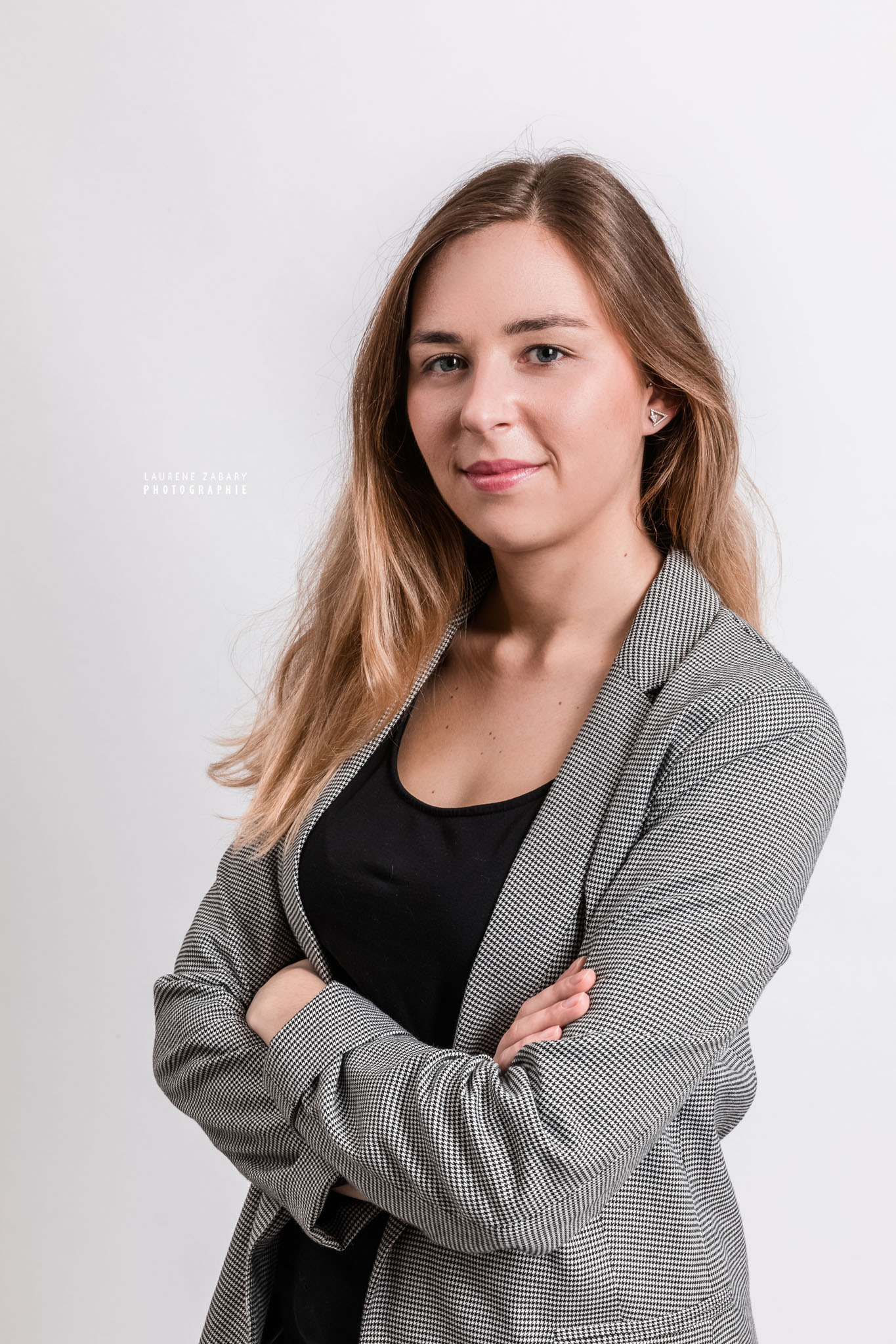 Portraits corporate en studio (trombinoscope) des étudiants de la promotion du Master 2 Droit immobilier et de la construction de l'université Panthéon Assas Paris 2, réalisée par la photographe professionnelle Laurène Zabary